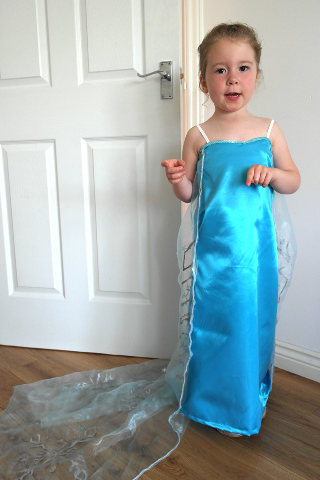 20 awesome diy elsa costume tutorials for little girls awesome list of 20 diy elsa costume dresses and accessories its giving me some solutioingenieria Gallery